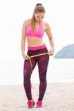 Fille mince dans des vêtements sportifs de centimètre sur la plage, mode de vie de sports, amincissant le concept Image stock