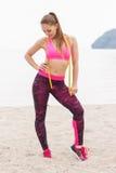 Fille mince dans des vêtements sportifs de centimètre sur la plage, mode de vie de sports, amincissant le concept Photo stock