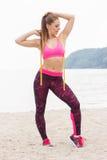 Fille mince dans des vêtements sportifs de centimètre sur la plage, mode de vie de sports, amincissant le concept Photos libres de droits