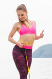 Fille mince dans des vêtements sportifs de centimètre sur la plage, mode de vie de sports, amincissant le concept Photos stock