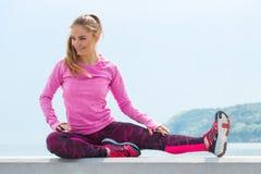 Fille mince dans des vêtements sportifs s'exerçant par la mer, concept de mode de vie actif sain Photo stock