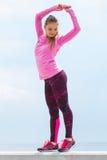 Fille mince dans des vêtements sportifs s'exerçant par la mer, mode de vie actif sain Photos stock