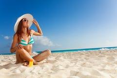 Fille mince dans le bikini rayé bleu sur le bord de la mer Photo stock