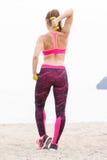 Fille mince dans les vêtements de sport s'exerçant avec les haltères sur la plage, concept de mode de vie de sports et amincissan Photos stock