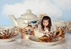 Fille miniature sur la réception de thé Image libre de droits