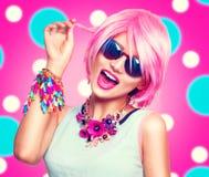 Fille modèle adolescente avec les cheveux roses Image libre de droits