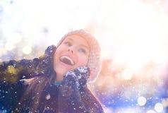 Fille modèle adolescente joyeuse ayant l'amusement dans le parc d'hiver photographie stock