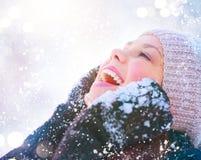 Fille modèle adolescente joyeuse ayant l'amusement dans le parc d'hiver images libres de droits