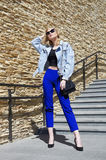 Fille modèle blonde à la mode avec le sac à main images libres de droits