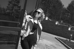 Fille modèle blonde à la mode dans des lunettes de soleil lifestyle images stock