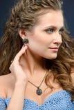 Fille modèle de belle brune avec les longs cheveux bouclés et bijoux e photos stock