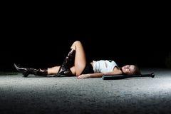 Fille modèle posant sur l'asphalte Photos stock