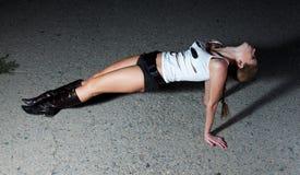 Fille modèle posant sur l'asphalte Photographie stock