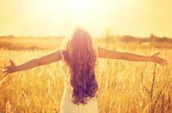 Fille modèle adolescente dans la robe blanche appréciant la nature Photographie stock