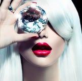 Fille modèle de beauté avec un grand diamant Image libre de droits