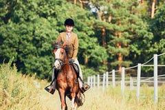 Fille montant un cheval en nature Photo stock