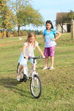 Fille montant un vélo Photo libre de droits