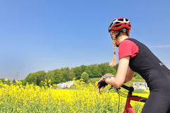 Fille montant un vélo Photographie stock libre de droits