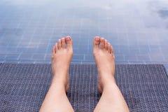 Fille montrant des jambes photographie stock libre de droits