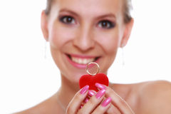 Fille montrant l'anneau de fiançailles ou de mariage, d'isolement Photographie stock libre de droits