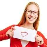 Fille montrant la lettre d'amour avec le coeur rouge Photo libre de droits