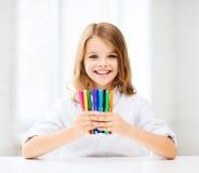 Fille montrant les stylos feutres colorés photographie stock libre de droits