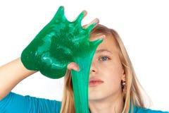 Fille montrant un sline vert sur sa main photo stock