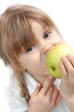 Fille mordant une pomme photographie stock