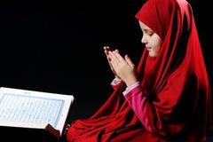 Fille musulmane avec Coran saint Images stock