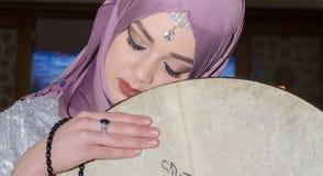Fille musulmane avec l'instrument de sufi Image stock