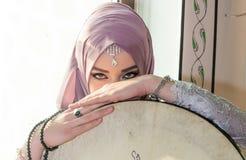 Fille musulmane avec l'instrument de sufi Photos libres de droits