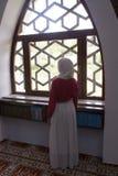 Fille musulmane dans la mosquée Photos libres de droits