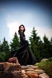 Fille mystérieuse dans la robe noire du conte de fées Image libre de droits