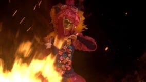 Fille mystique dans un costume lumineux et un masque d'or dansant la nuit par la lumière du feu clips vidéos