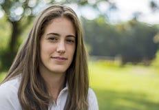 Fille naturelle avec le long sourire de cheveux photos libres de droits