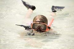 Fille naviguant au schnorchel dans l'océan photographie stock libre de droits