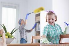 Fille nettoyant à la maison photo stock