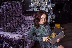Fille, Noël, cadeau, présent, arbre, heureux, gai, beau Photographie stock libre de droits