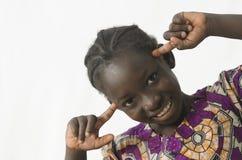 Fille noire africaine magnifique pensant avec sa tête intelligente, image stock