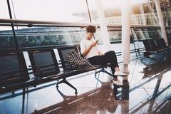 Fille noire dans la salle d'attente de la gare ferroviaire avec le smartphone Photographie stock
