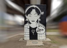 Fille noire et blanche représentant l'amour dans Art Park, Ellum profond, Dallas, le Texas Images libres de droits