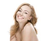 Fille normale de beauté avec de bons sourires de peau photo stock