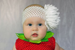Fille nouveau-née avec le grand arc de fleur blanche Photographie stock
