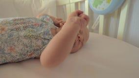 Fille nouveau-née dans la huche avant sommeil de jour banque de vidéos