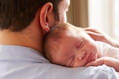 Fille nouveau-née de sommeil de bébé d'At Home With de père Photographie stock libre de droits