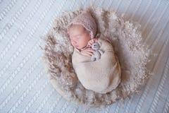 Fille nouveau-née dormant avec un jouet Image libre de droits
