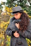 Fille observée bleue avec le chapeau images stock
