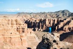 Fille observant au-dessus du canyon de Charyn dans Kazakhstan du sud-est pris images stock