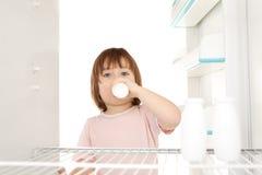 Fille obtenant le lait Images libres de droits