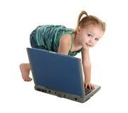 Fille occasionnelle avec l'ordinateur portatif photo stock